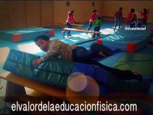 """Niño realizando el """"giro de la croqueta"""" en plano inclinado"""